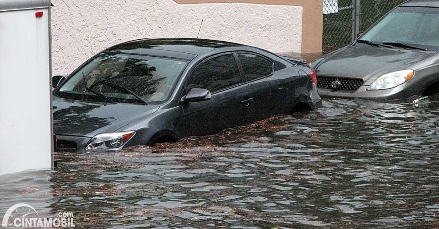 mobil berwarna hitam terendam banjir