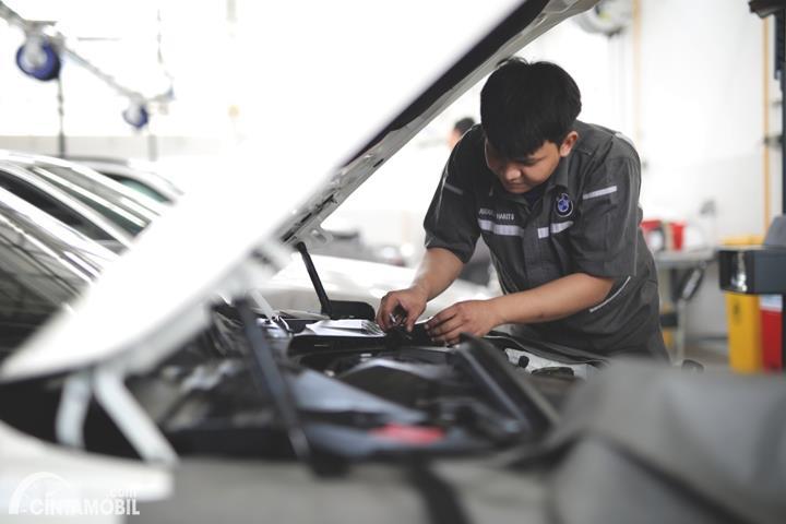 Mobil BMW di-service di bengkel resmi BMW Astra