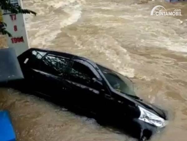Toyota Avanza terseret banjir