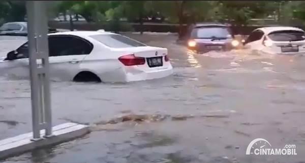 mobil terendam banjir di Jakarta