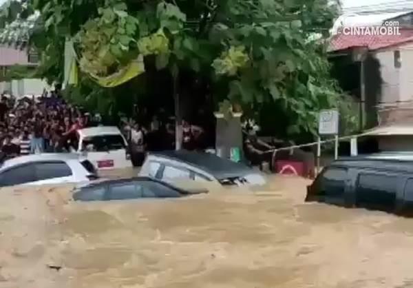 mobil-mobil yang tenggelam ketika banjir Jakarta