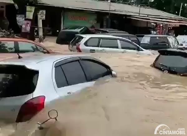 Mirip Tsunami, Ini Mobil-Mobil yang Hanyut Saat Banjir Jakarta