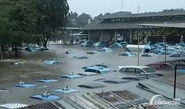 pool taksi Blue Bird terendam banjir