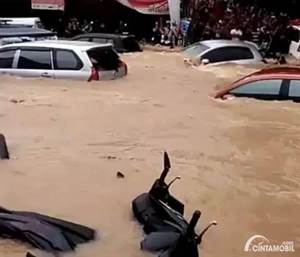 motor dan mobil hanyut saat banjir di Jakarta