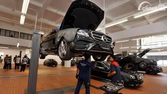 Teknisi Mercedes-Benz mengurus mobil yang sedang diservis