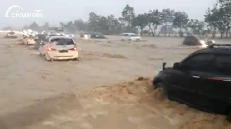 Foto menunjukkan suasana jalan Tol Cipali saat kebanjiran pada 31/12/2019
