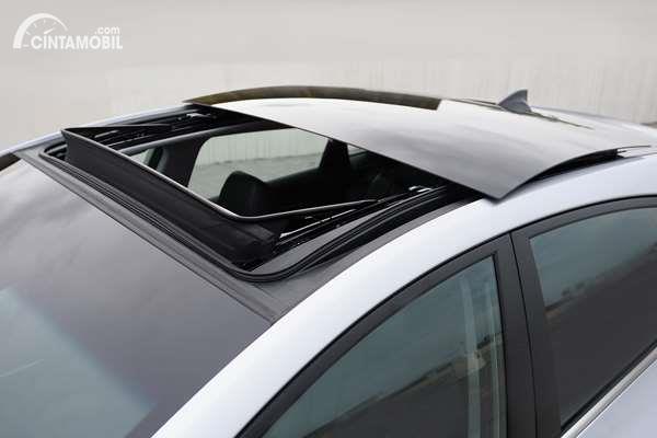 Gambar menunjukkan panoramic sunroof mobil