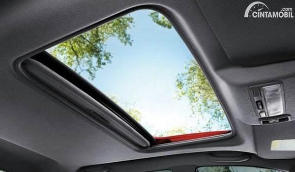 Gambar menunjukkan sunroof mobil terbuka