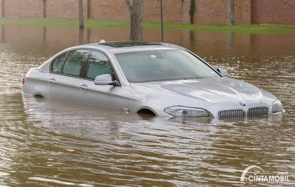 Jangan Lakukan 4 Hal Ini Setelah Mobil Terendam Banjir!