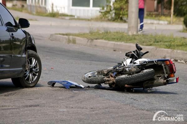 mobil menabrak sepeda motor di jalan