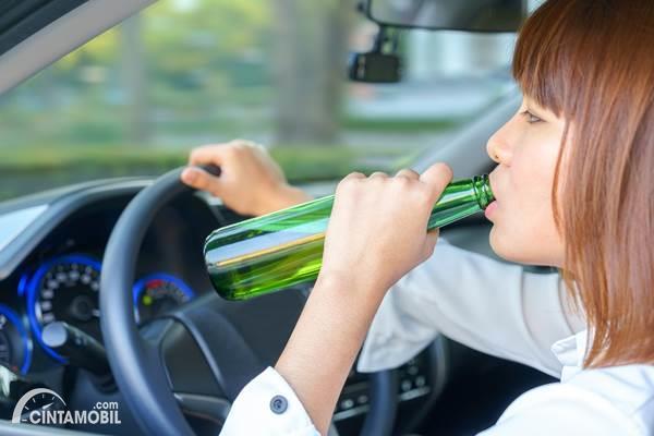 pengemudi wanita mabuk