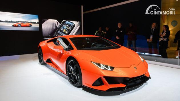 mobil baru Lamborghini Huracan berwarna oranye