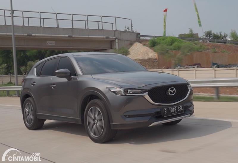 Gambar menunjukkan Mazda CX-5 Grand Touring 2020 berwarna abu-abu