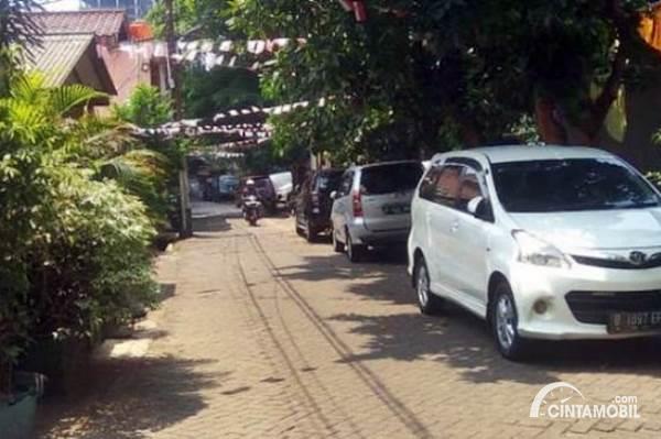 mobil parkir di bahu jalan