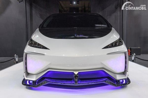 mobil modifikasi Toyota Prius berwarna putih