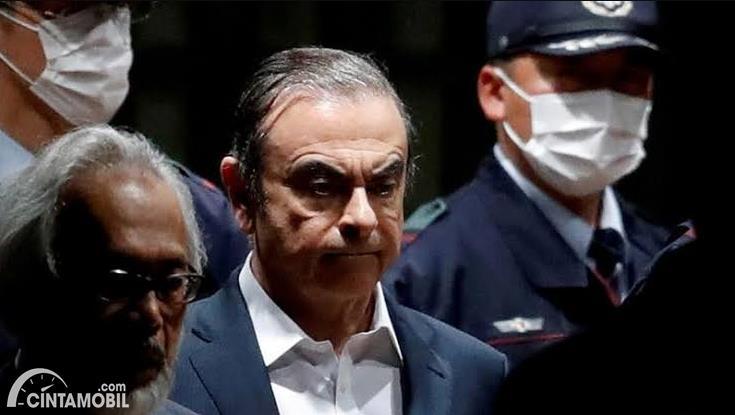 mantan kepala Nissan Carlos Ghosn memakai jas