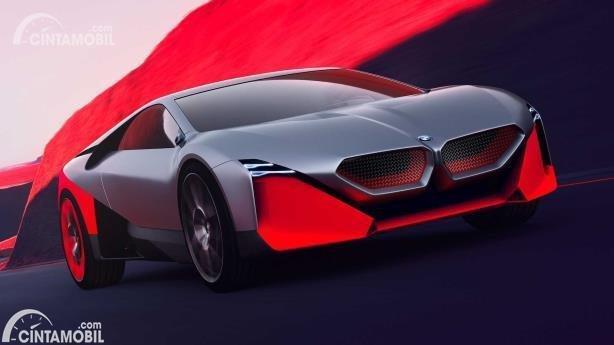 Gambar menunjukkan Mobil konsep BMW Vision M 2019 berwarna merah dilhat dari sisi depan