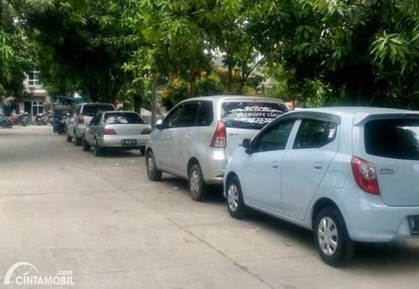 parkir mobil di bahu jalan