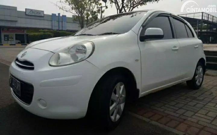 mobil bekas Nissan March 2011 berwarna putih
