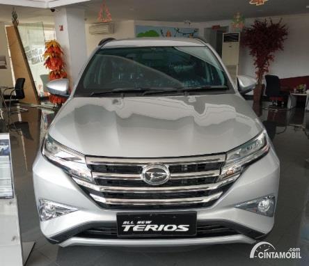 Gambar menunjukan Daihatsu Terios R 2019 berwarna silver dilihat dari sisi depan