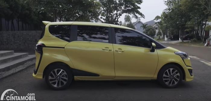 Tampilan samping Toyota Sienta Q CVT 2020 Facelift berwarna kuning