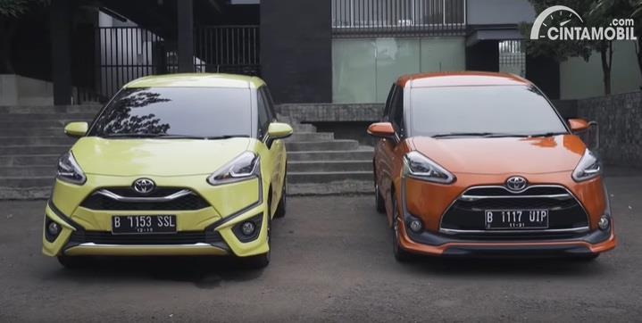 Gambar menunjukan 2 mobil Toyota Sienta Q CVT 2020 Facelift berwarna kuning dan orange dilihat dari sisi depan