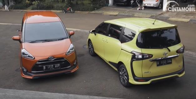 Bagian belakang Toyota Sienta Q CVT 2020 Facelift berwarna kuning dan orange