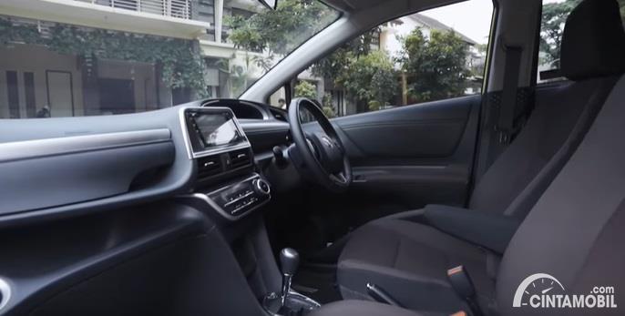 Gambar menunjukan tampilan interior dari Toyota Sienta Q CVT 2020 Facelift