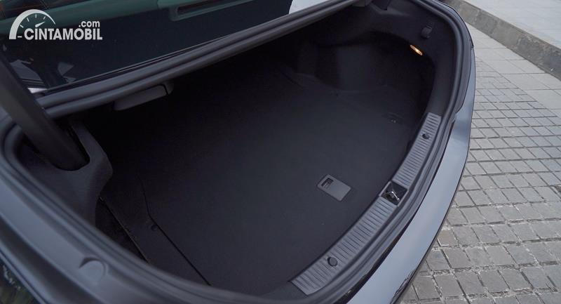 bagasi Mercedes-Benz C180 Avantgarde Line 2020 berwarna hitam
