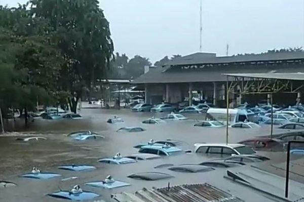 Foto pool Bluebird yang terendam banjir