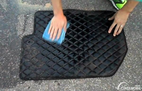 mencuci karpet mobil dengan sabun