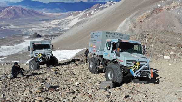 Foto dunia unit Mercedes-Benz Unimog dalam menaklukkan pengunungan Ojos de Saldo
