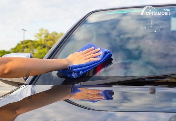5 Bahan Ini Terbukti Ampuh Menghilangkan Jamur dan Baret di Kaca Mobil
