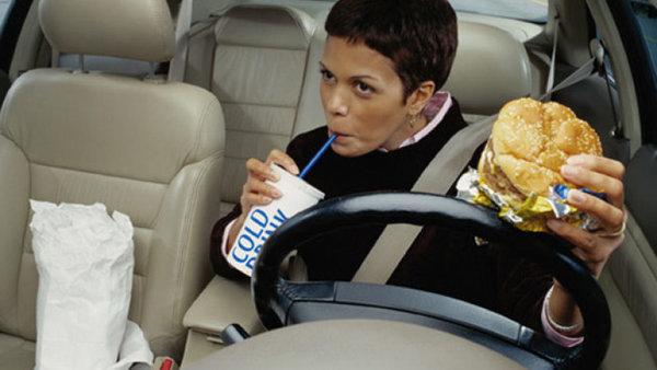 Foto ilustrasi makan di dalam mobil