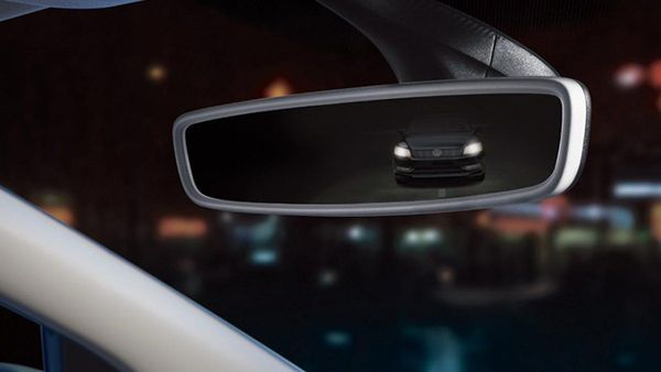 Foto fitur auto dimming pada kaca spion tengah