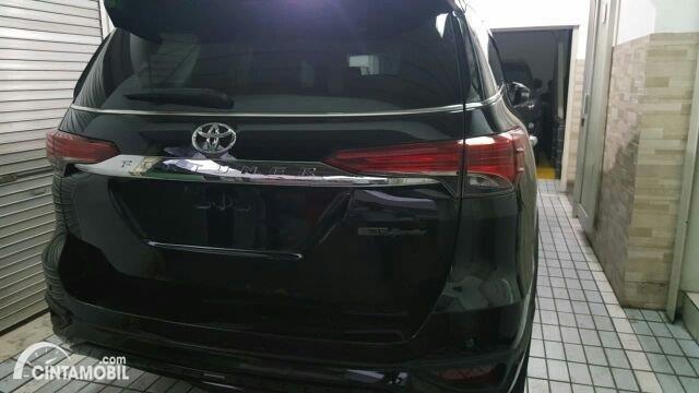 tampilan belakang Toyota Fortuner 2019 berwarna hitam