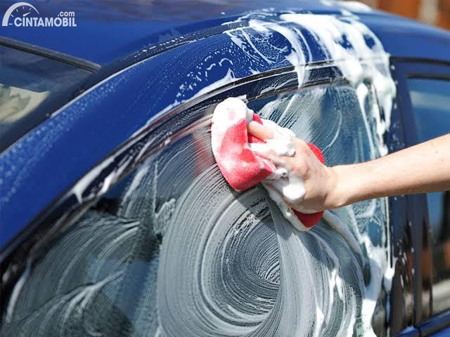 Mencuci mobil dengan sabun