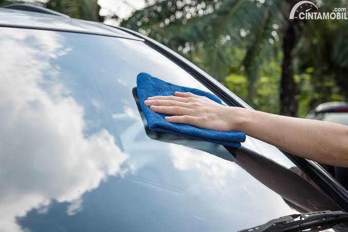 Mengelap kaca mobil