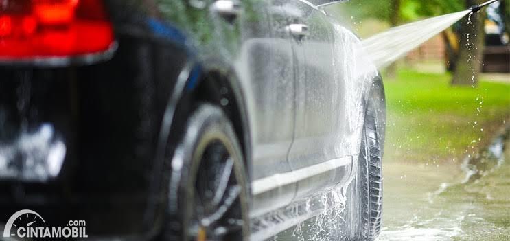 Menyemprot mobil dengan air