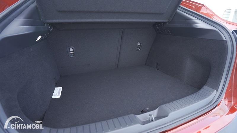 bagasi Mazda CX-30 2020 berwarna hitam