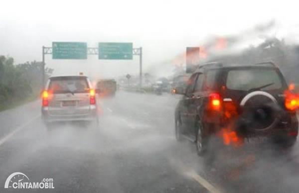 Bahaya Nyalakan Lampu Hazard Saat Hujan, Sebaiknya Aktifkan Fitur Ini
