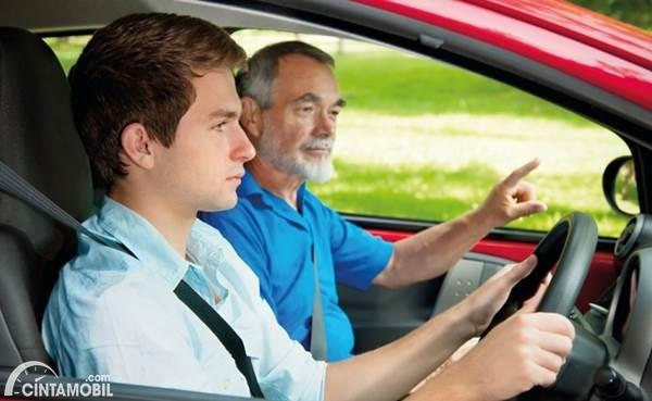remaja baru belajar setir mobil