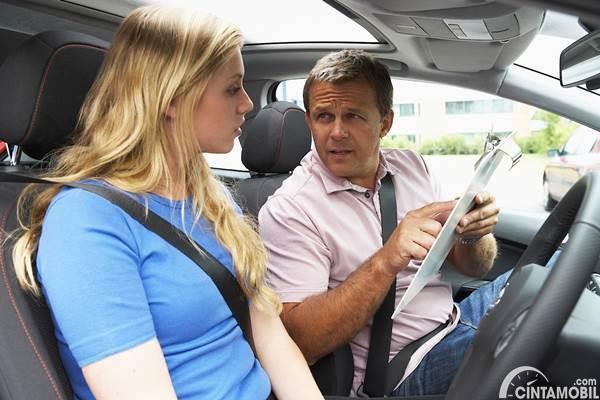 wanita belajar mengemudi