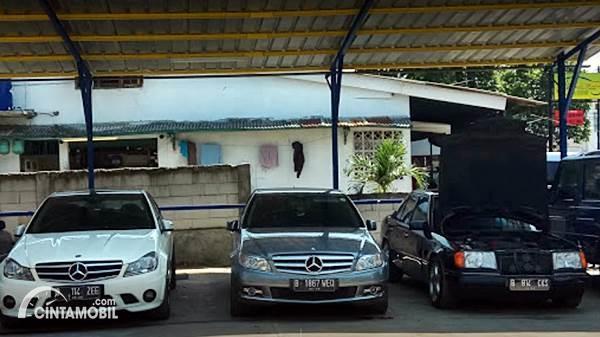 Gambar menunjukkan beberapa mobil yang diservis di bengkel Go Service