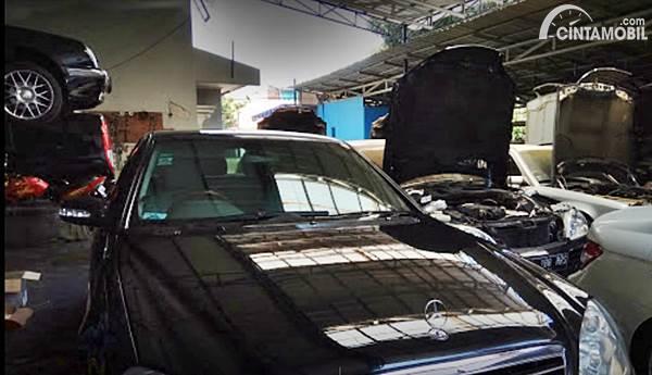 Gambar menunjukkan beberapa mobil Mercedes-Benz servis di Go Service