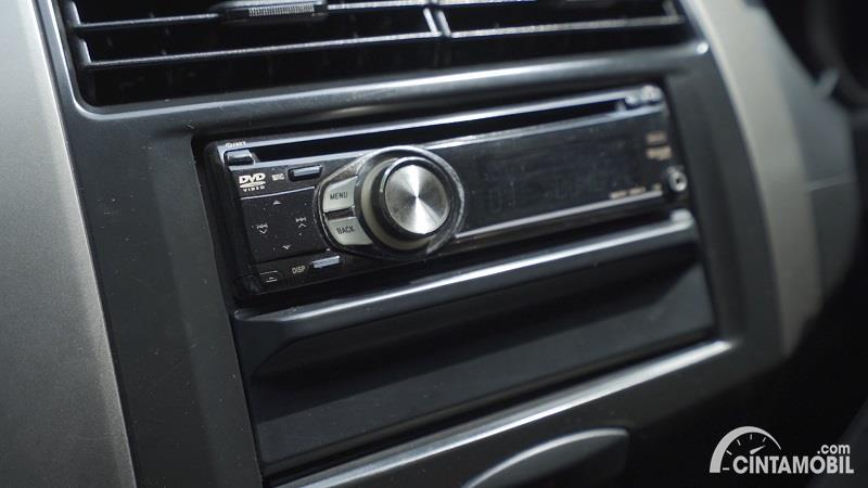 fitur Nissan Grand Livina 1.5 XV 2012 berwarna hitam