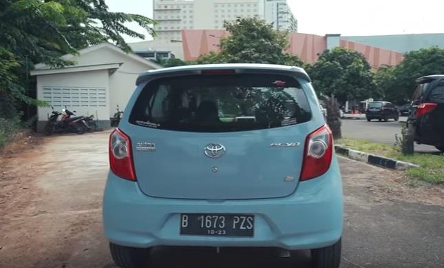 Tampilan belakang dari Toyota Agya 1.0 G 2013 berwarna biru muda