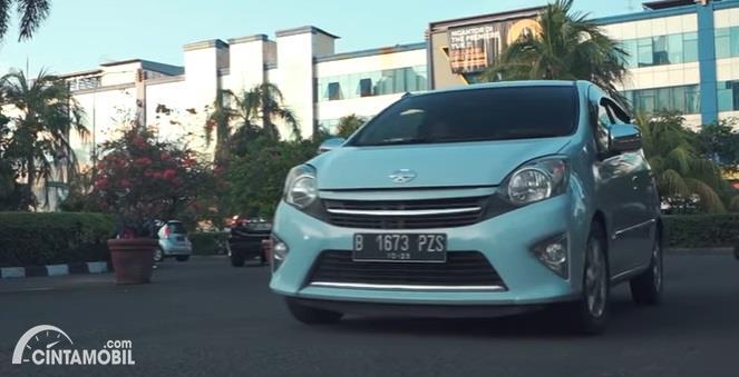 Gambar menunjukan Toyota Agya 1.0 G 2013 berwarna hijau muda dilihat dari sisi depan