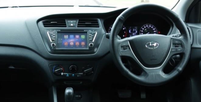 Gambar menunjukan tampilan interior Hyundai i20 GL AT 2016