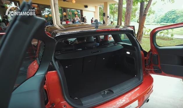 Gambar menunjukkan bagasi MINI Cooper S Clubman 2020
